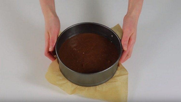 Переилваем тесто в форму и выпекаем бисквит.