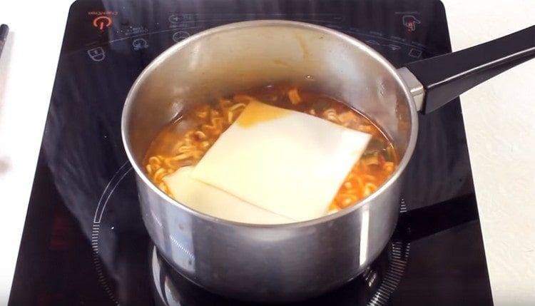 Добавляем ломтики плавленного сыра.