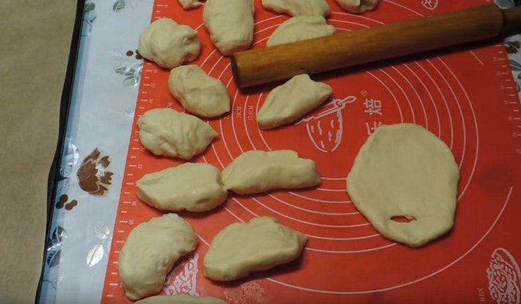 Одну часть теста нарезаем на порционные кусочки для пирожков.