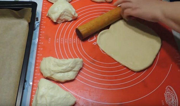 Тесто делим на кусочки, каждый кусочек раскатываем.