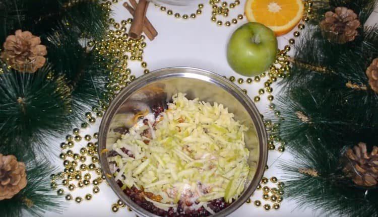 натираем на терке очищенное от кожуры яблоко и добавляем к бруснике.