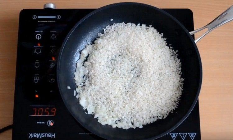 Высыпаем на сковороду рис.