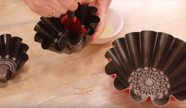 Формы для выпекания баб смазываем растительным маслом.