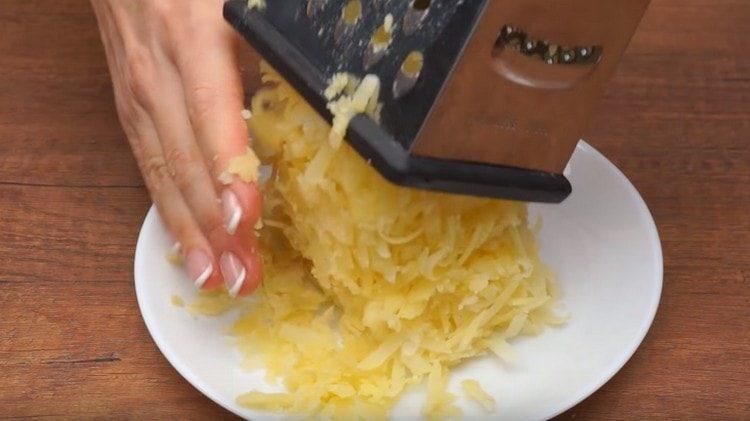 Трем на терке отварной картофель.