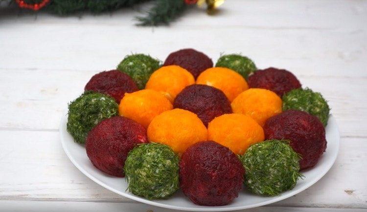 Вот такой замечательный новогодний салат в виде игрушек.