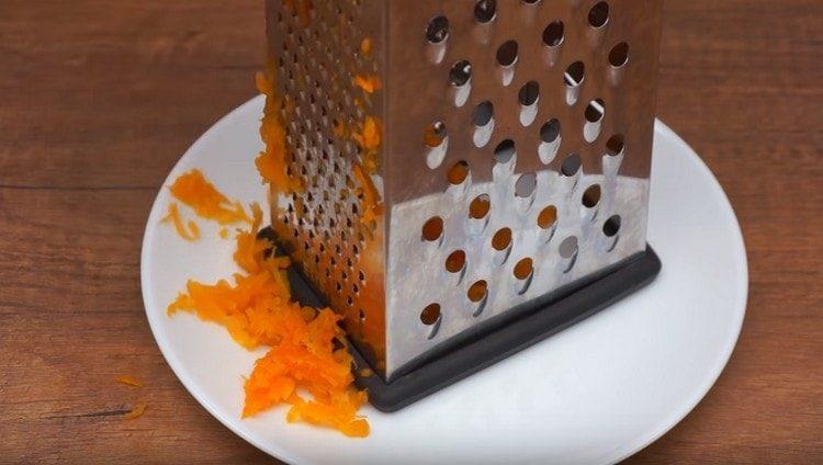 Натираем вареную морковку.