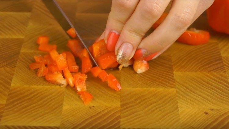 Мелко нарезаем красный сладкий перец.