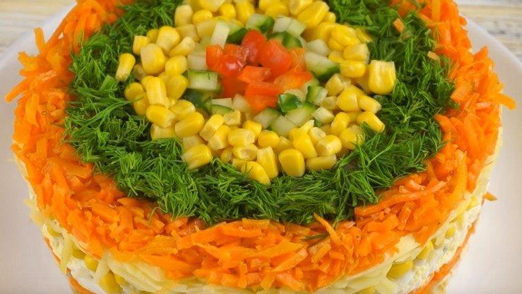 Украшаем наш салат.