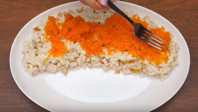 Следующим слоем делаем морковный, майонез.