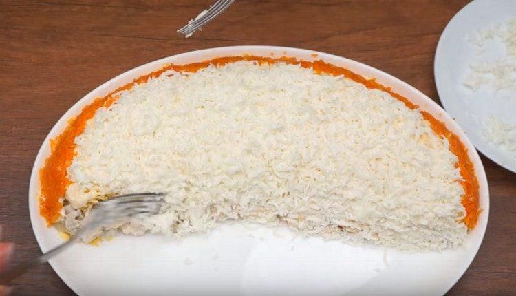 Выкладываем на салат тертые белки.