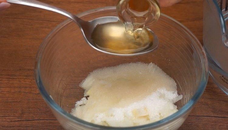 маринуем лук с сахаром, солью и уксусом.
