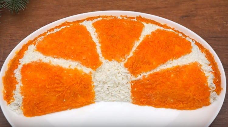 Украшаем салат морковью, и апельсиновая долька готова.
