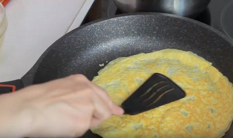 Из яичной массы жарим для блинчика.