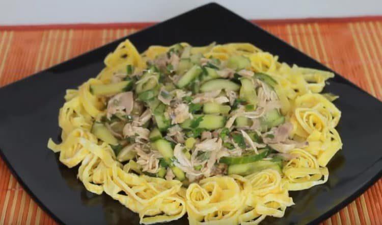В центр блюда выкладываем салат.