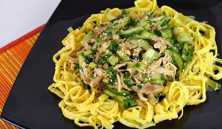 Посыпаем салат без майонеза кунжутом.