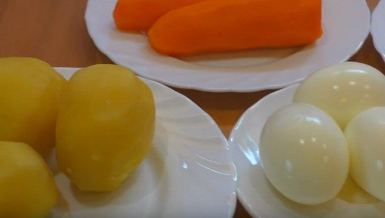 Отвариваем картофель, морковь и яйца.