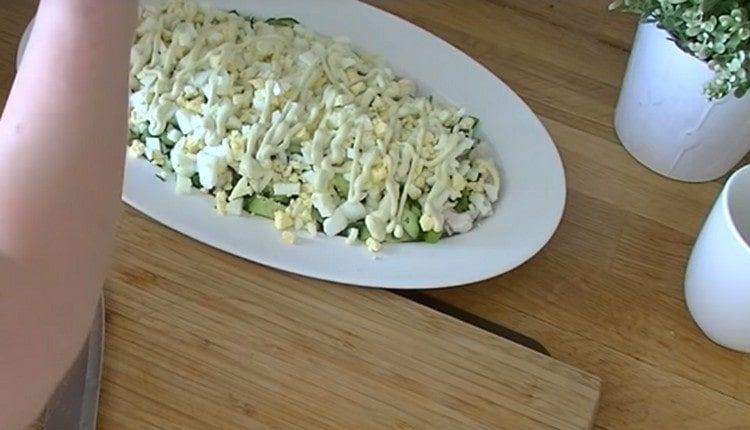 далее делаем слой тертых яиц, майонез.