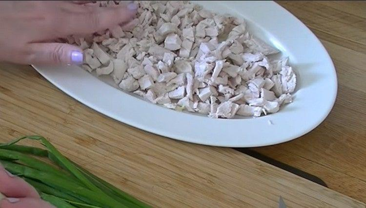 Первым слоем салата будет куриное филе.