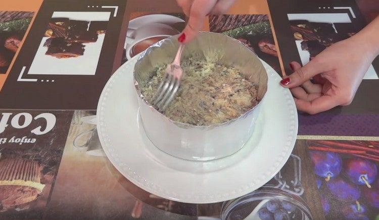 Поверх картофеля формируем слой из сайры.