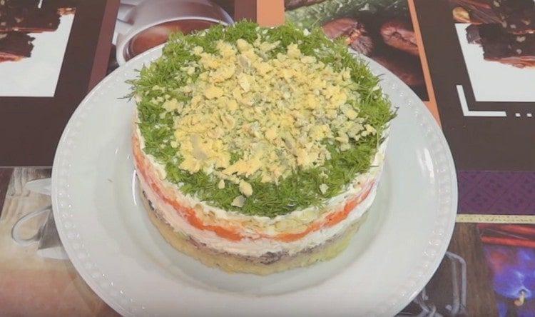 Салат Мимоза с сайрой получается не только вкусным, но и сытным.