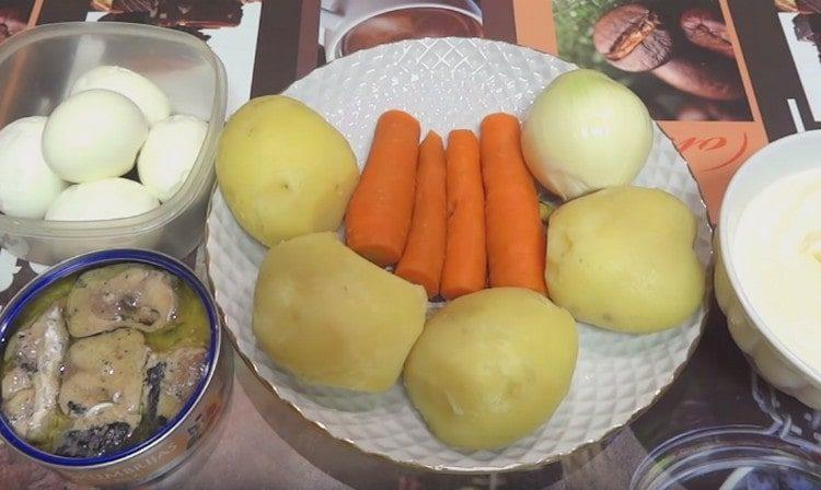 Отвариваем яйца, морковь и картофель.