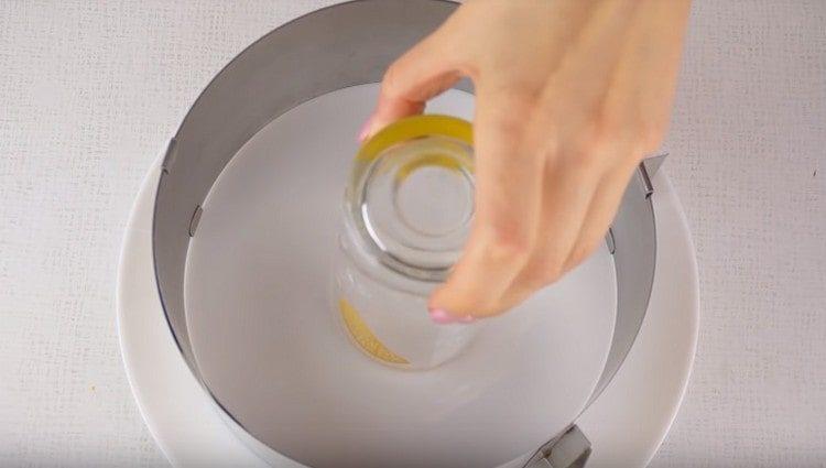 устанавливаем на блюдо для подачи разъемную форму, в центр ставим стакан.