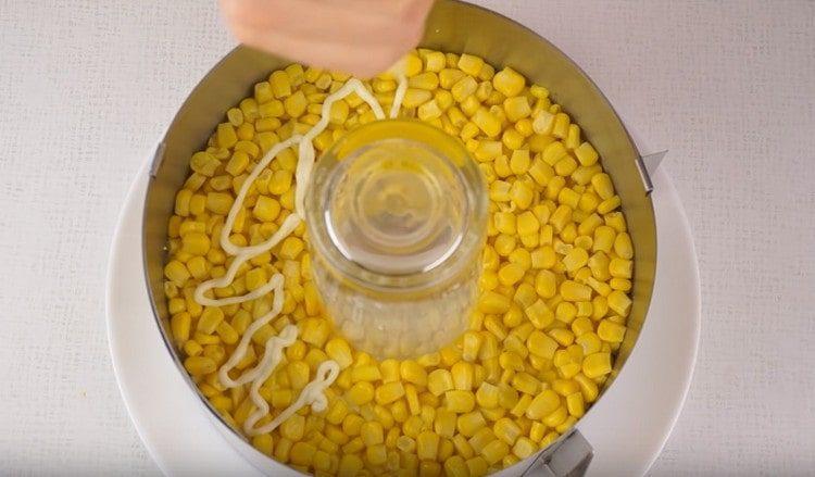 Выкладываем кукурузу.