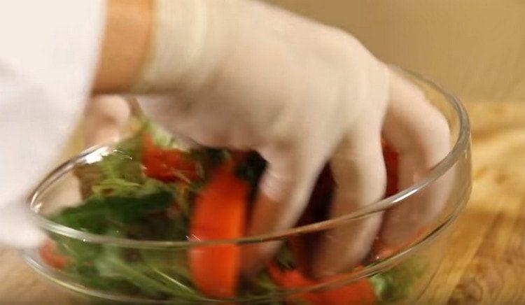 Заправляем овощи соусом и аккуратно перемешиваем руками.