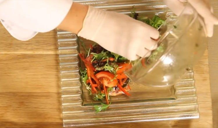 Красиво выкладываем овощную составляющую салата на блюдо.