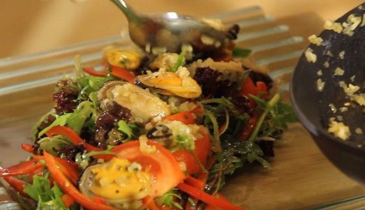 Поверх овощей выкладываем обжаренные мидии.