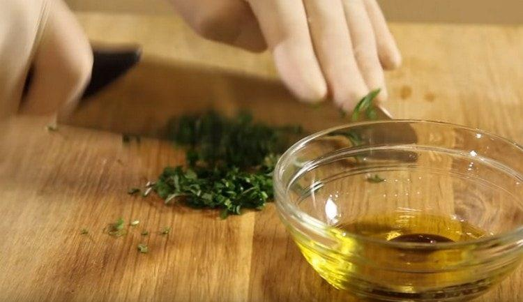 Измельчаем базилик и добавляем в салатную заправку.
