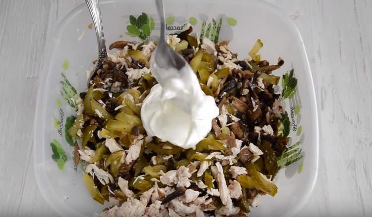 Заправляем салат йогуртом, сметаной либо майонезом.
