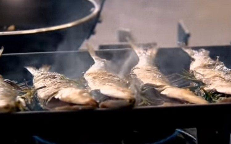 Обжариваем сардины на сковороде гриль.