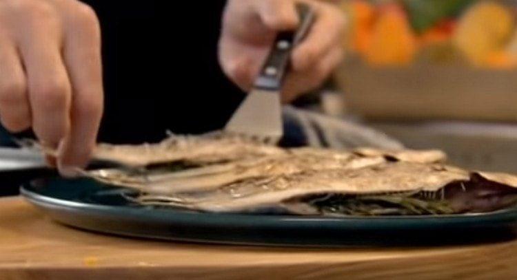 Сардины выкладываем на блюд для подачи.