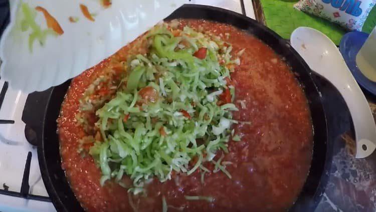 Перекладываем к томатной массе перец.