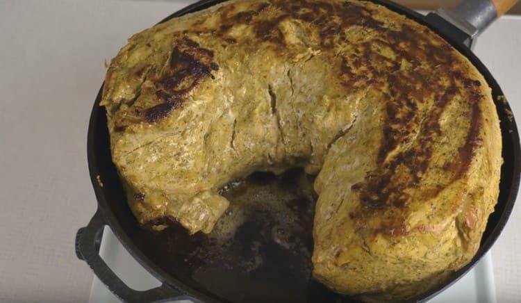 на сковороде мясо нужно обжарить с обеих сторон.