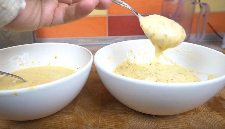 Соус для салата Цезарь, приготовленный на майонезе, получается более густым.