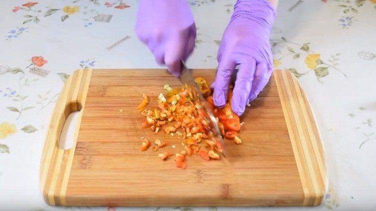 мелко нарезаем острый перец.