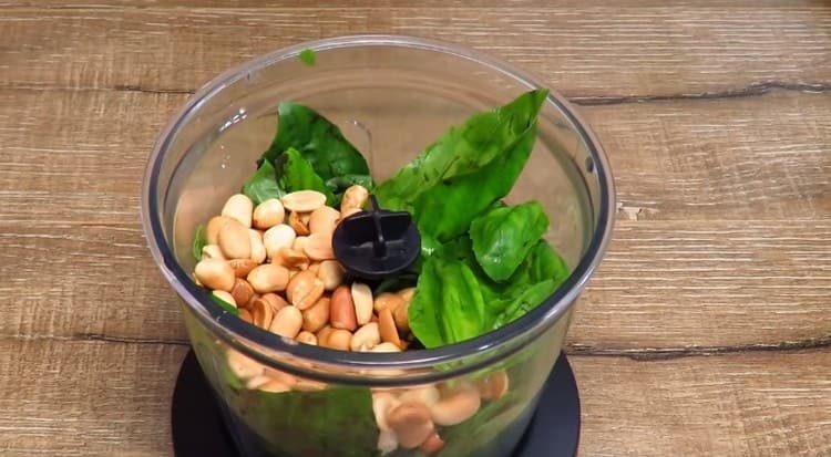 В блендер выкладываем арахис и листики базилика.