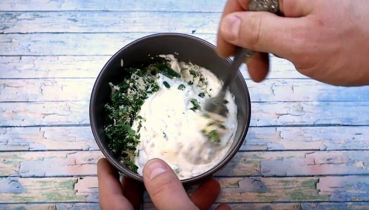 Перчим соус и хорошо его перемешиваем.