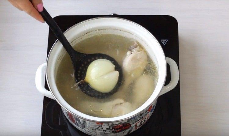 Луковицу можно достать из супа.