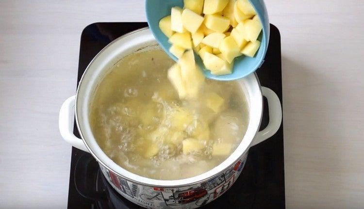 Закладываем в бульон картофель.