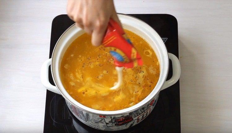 Добавляем в суп плавленный сыр.