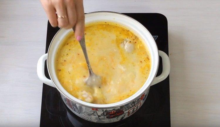 Перемешиваем суп, чтобы сыр растворился.