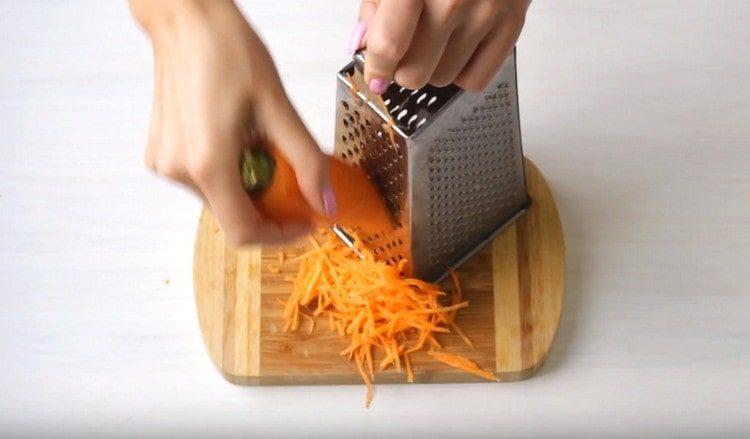 На терке натираем морковь.