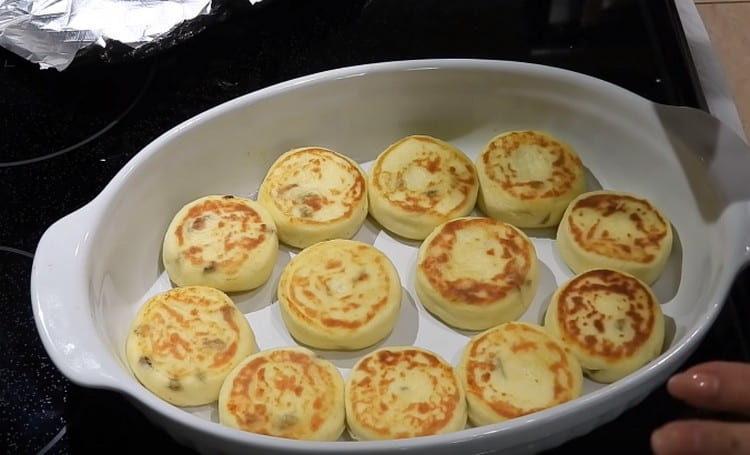 Творожники по этому рецепту нужно слегка запечь в духовке и можно подавать.
