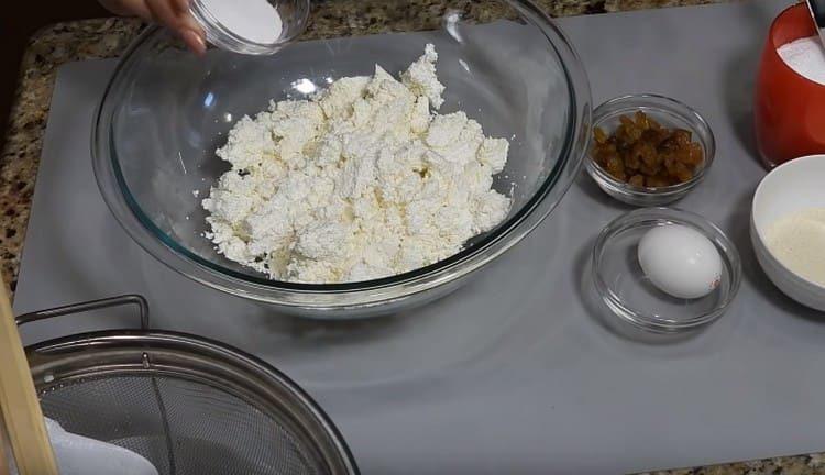 Добавляем к творогу соль и сахар.