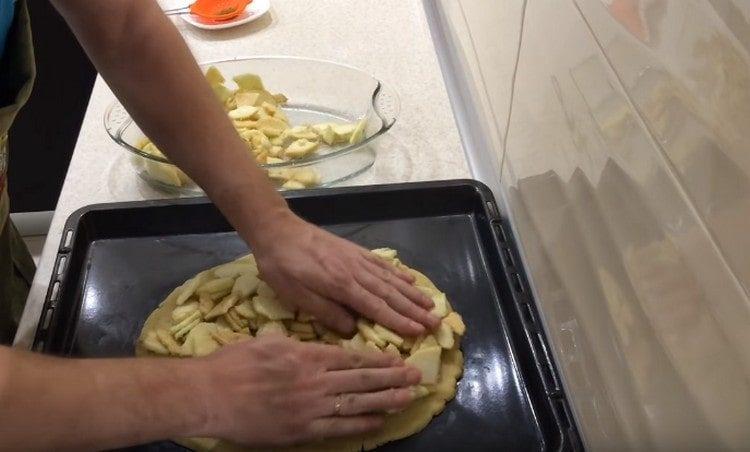 Выкладываем начинку на тесто.