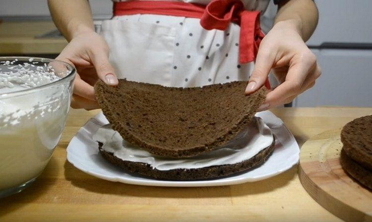 Собираем торт, перемазывая коржи кремом.