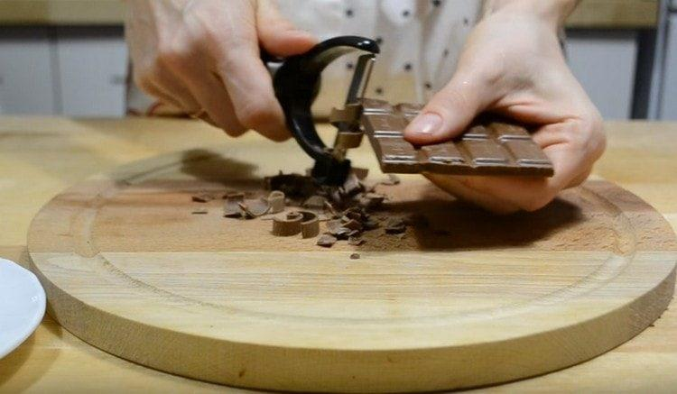 Овощечисткой делаем стружку из шоколада.